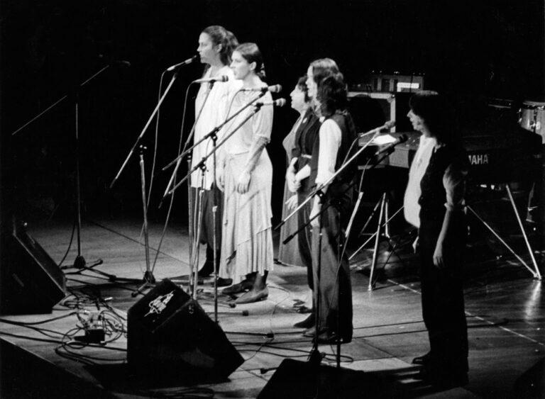 Hamburg 12. September 1981,  Audimax, Universität Hamburg Donata Höffer, Eva Mattes, Esther Bejarano und Vokalensemble