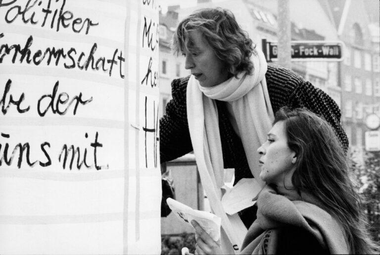 Eva Mattes und Irmgard Schleier am 8. Mai auf dem Stephansplatz