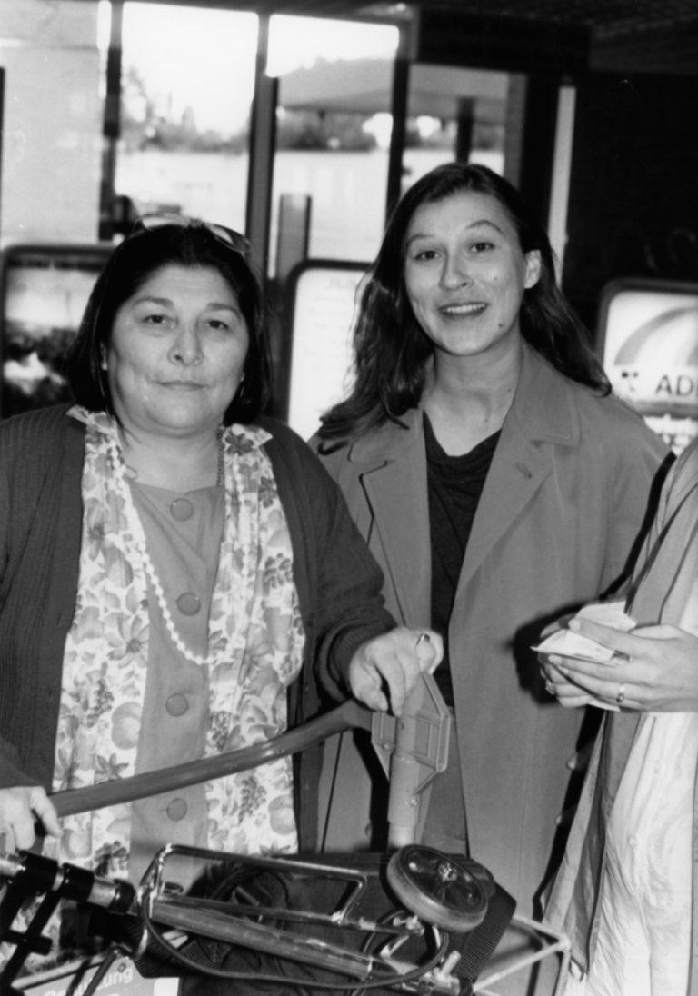 Eva Mattes und Mercedes Sosa: Begrüßung am Flughafen