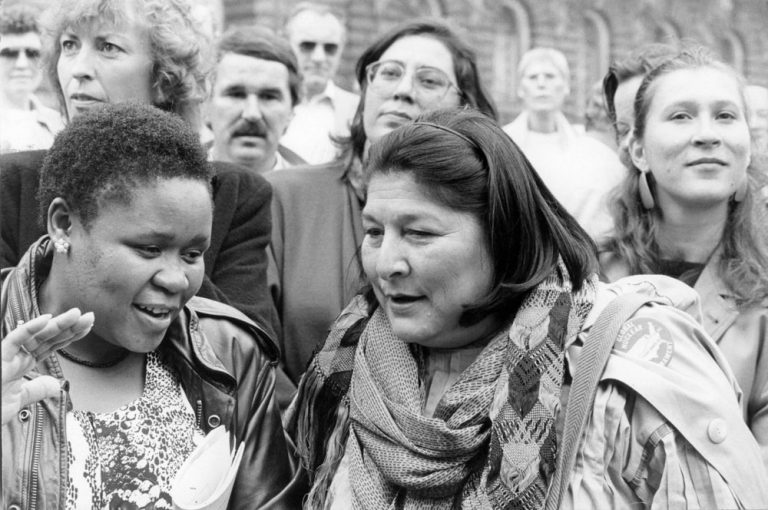 Vor dem Eröffnungskonzert 1986: von links nach rechts Irmgard Schleier, Audrey Motaung. Maria Farantouri