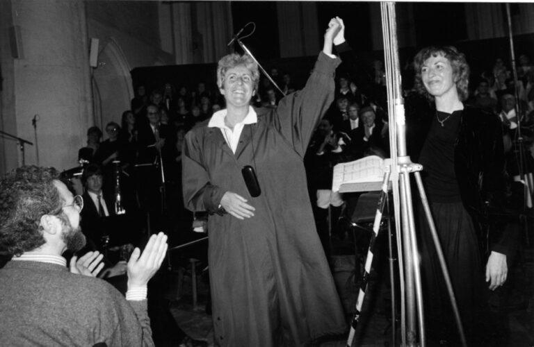 Giovanna Marini mit dem sardischen Coro di Orgosolo und mit der Dirigentin Irmgard Schleier