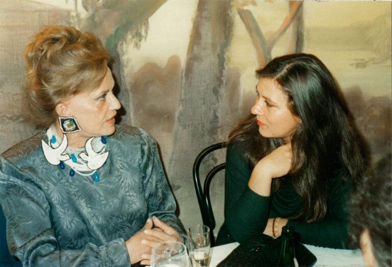 """Eva Mattes und Jeanne Moreau auf der Premierenfeier von """"Erzählung der Magd Zerline"""" im Hamburger Schauspielhaus."""