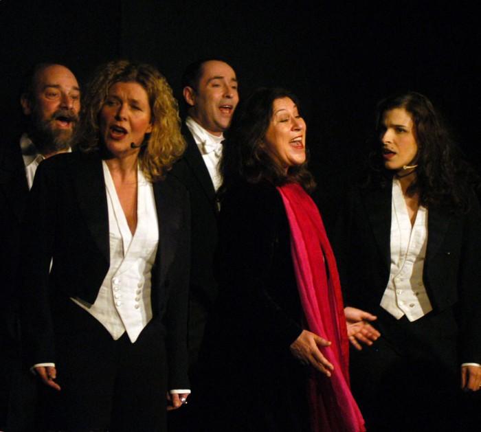 """""""Durch die Zeiten, über Grenzen"""" – Eva Mattes mit Vokalensemble (Foto: Bodo Schnekenburger)"""