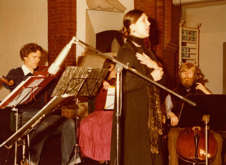 """Eva Mattes singt """"Shtil, die nacht is ojsgesternt"""" von Hirsch Glik, 22.11.80 Christuskirche"""